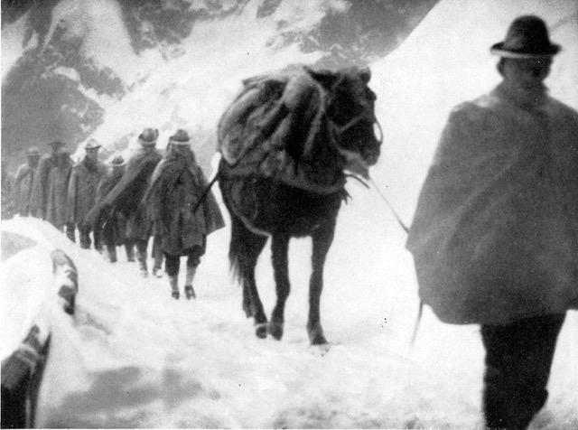 Alpini marschieren an die Front.