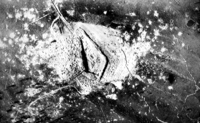 Luftbild von dem schwer beschossenen und immer noch nicht eingenommenen Werk Verle auf der Hochfläche von Folgaria-Lavarone
