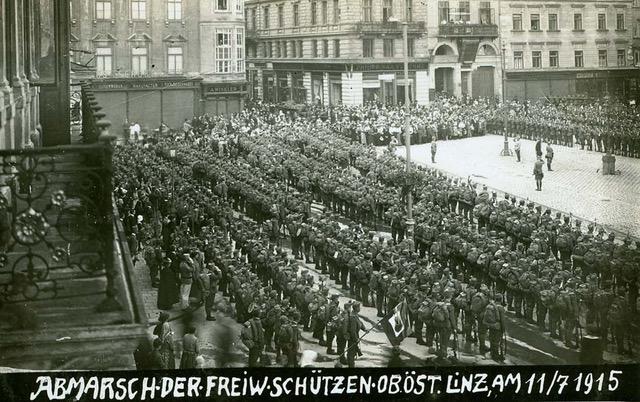 Die Verabschiedung der Freiwilligen OÖ Schützen auf dem Hauptplatz in Linz am 11. Juli 1915